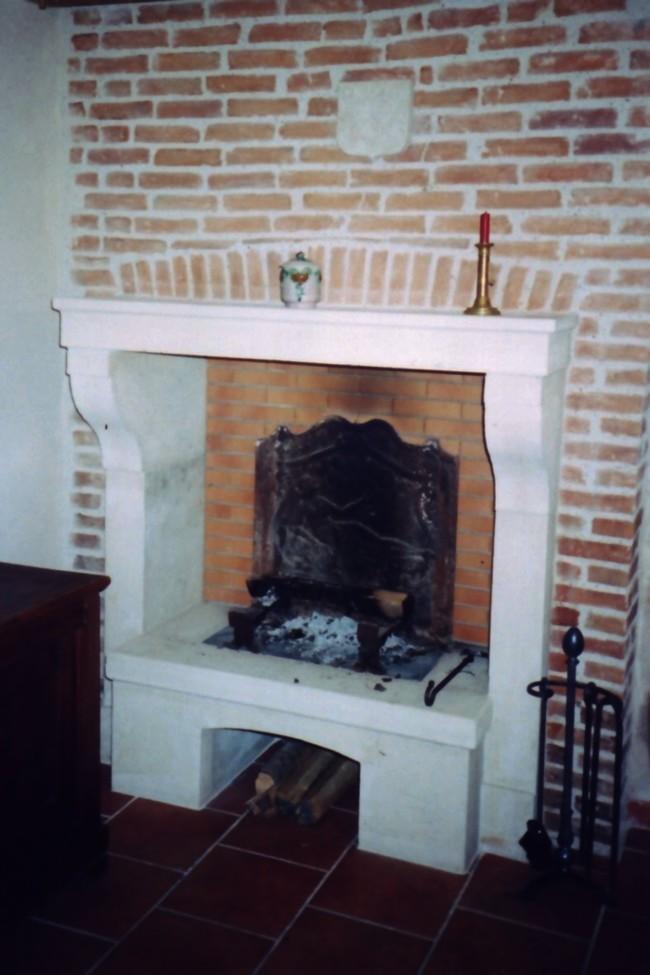 chemin e accolade en pierre de corton bourgogne. Black Bedroom Furniture Sets. Home Design Ideas