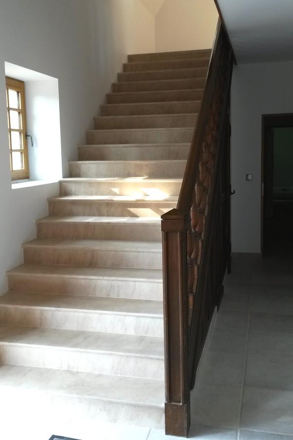 habillage d 39 escalier en pierre de bourgogne. Black Bedroom Furniture Sets. Home Design Ideas