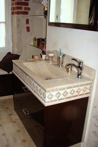 Lavabo avec frise en pierre