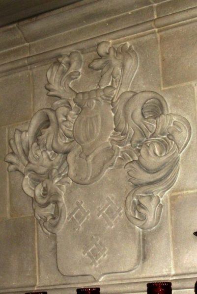 Armoiries sculptées sur ensemble de hotte de cheminée en pierre