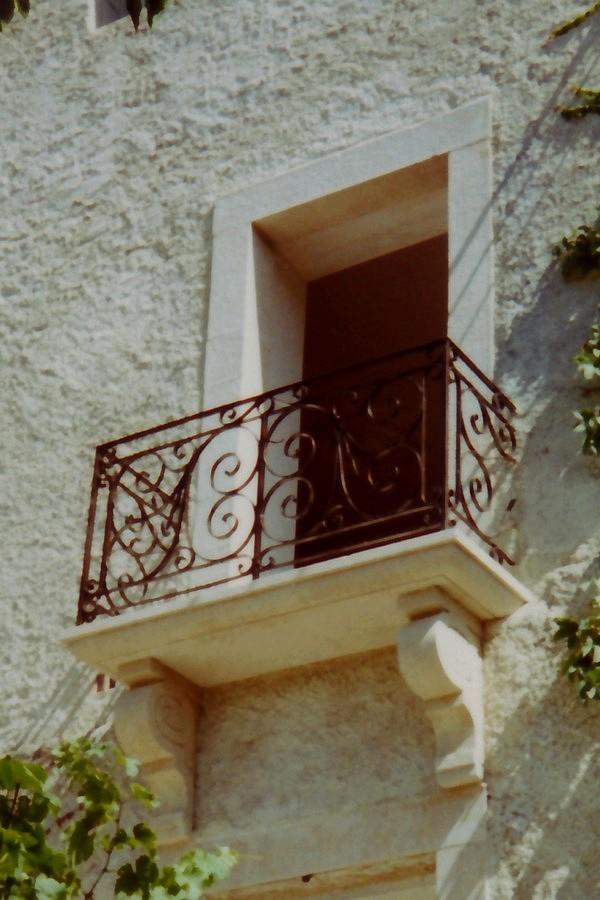 Balcon sur console et encadrement